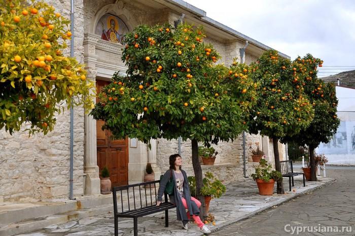 Юля у церкви в деревне Ланья