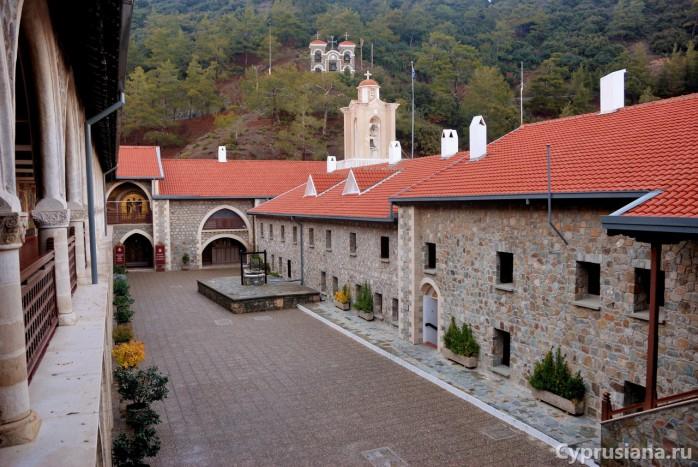 Вид на первый дворик монастыря