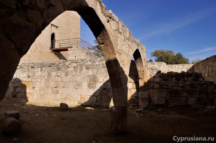 Хозяйственные постройки замка Колосси
