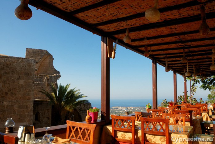 Вид на аббатство с террасы ресторана