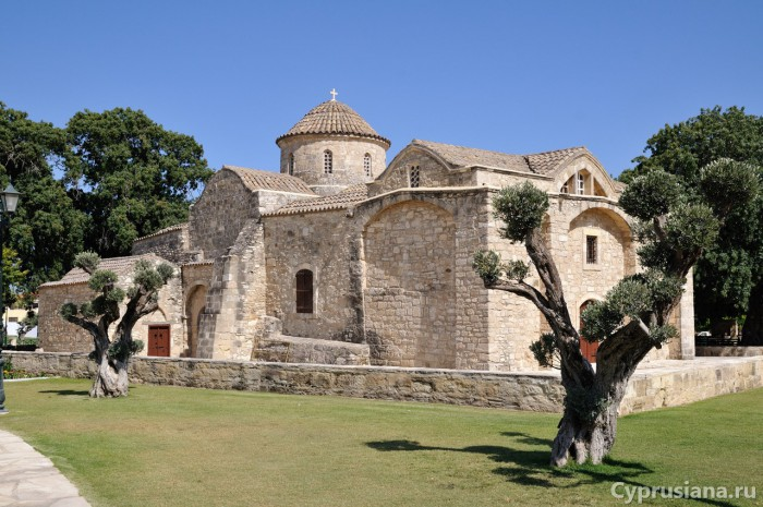 Вид на церковь со стороны парка