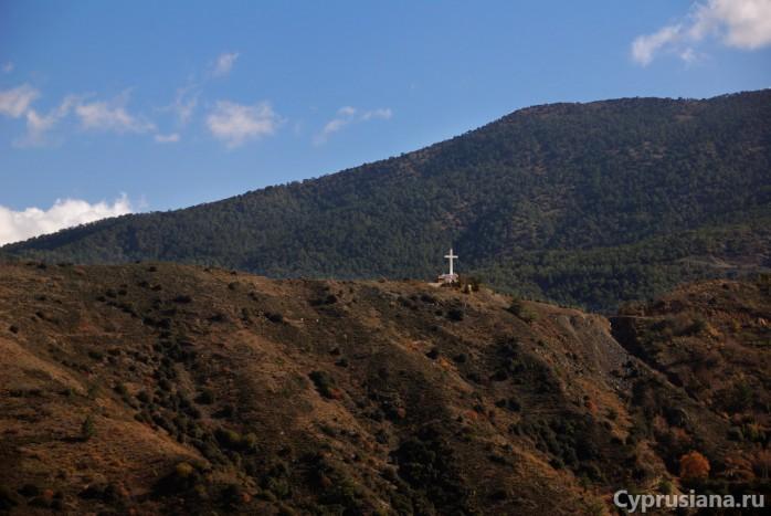 Крест на горе в районе деревни Педулас