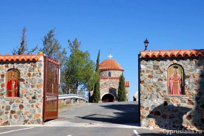 Перед въездом в монастырь