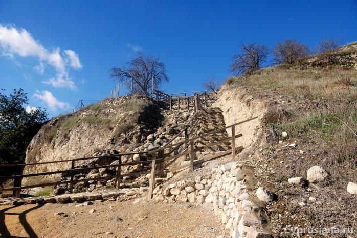 Подъём к раскопкам в Хирокитии