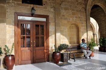 Перед входом в церковь