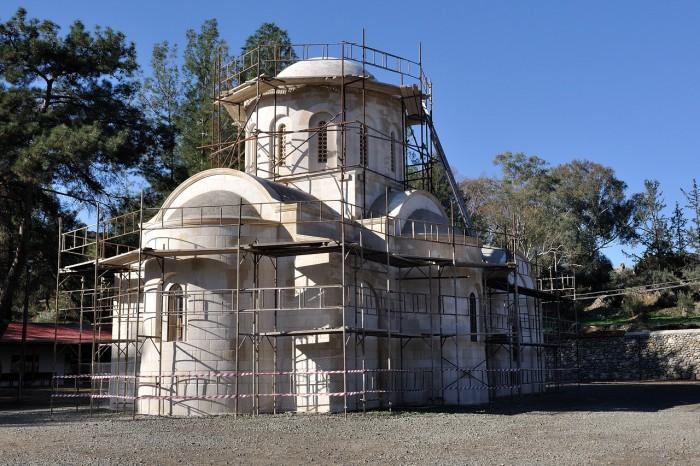 Храм в лесах