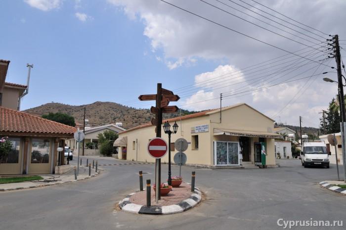 В центре деревни Pyrga