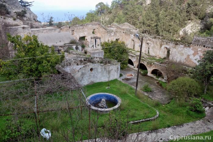 Вид на двор монастыря