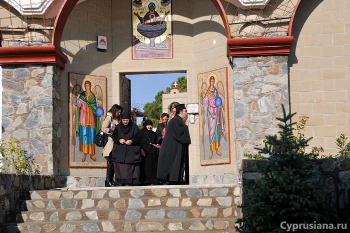 Сцена при входе в монастырь Богородицы Глосса