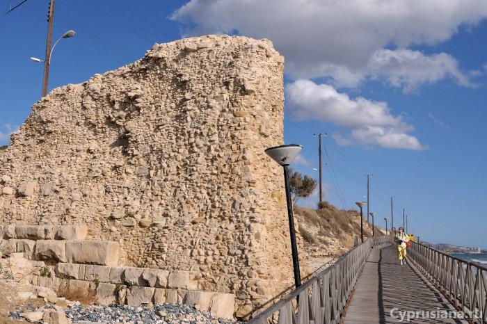 У городской стены