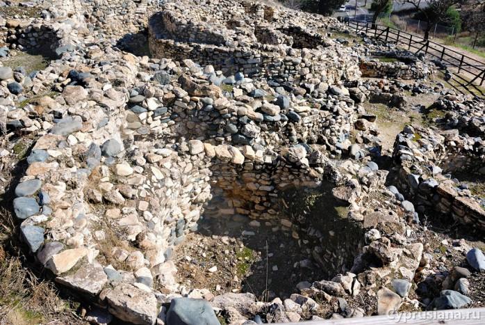 Руины домиков в Тенте