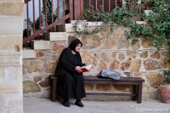 Монахини в монастыре