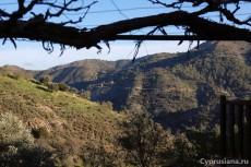 Вид из Лазаньи на монастырь Махерас