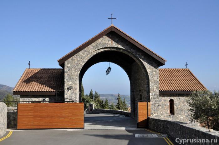 При въезде в монастырь