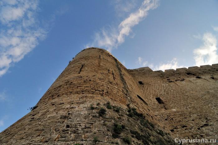 У крепостных стен