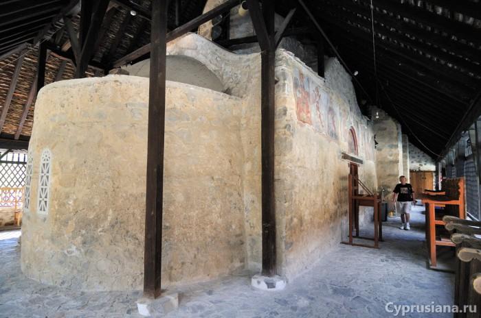 Церковь Панагия ту Арака под крышей