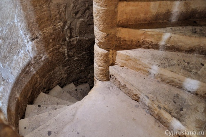 Винтовая лестница в замке Колосси