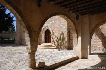 Готические арки монастыря