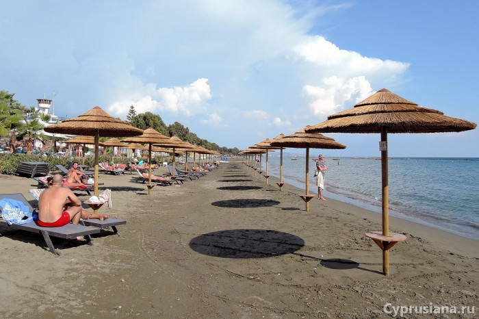 Пляж в районе кафе