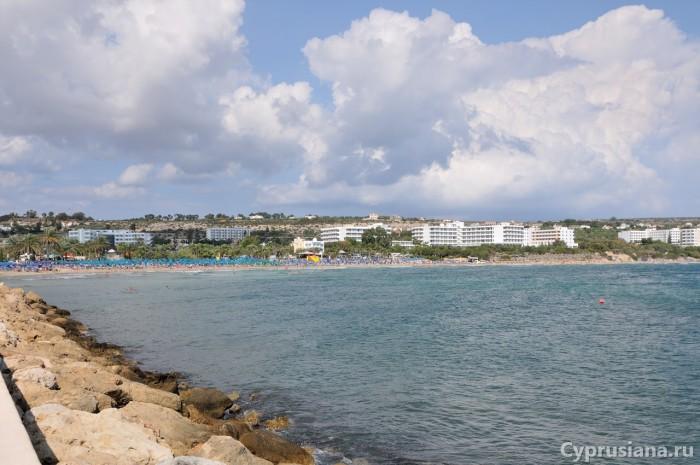 Вид на муниципальный пляж Айя Напы с пирса