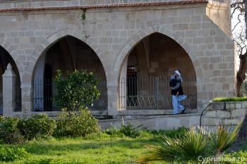 На территории мечети