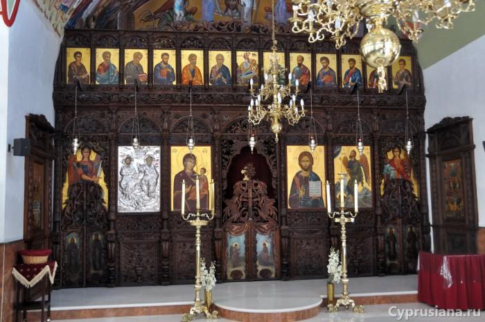 Резной иконостас в церкви св. Троицы