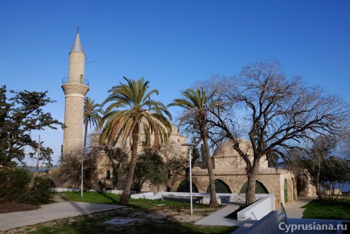 У входа на территорию мечети