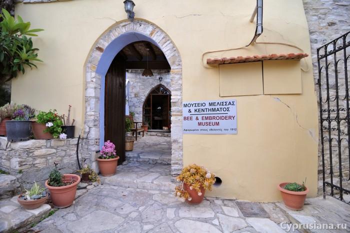 Вход в музей мёда и деревенского быта