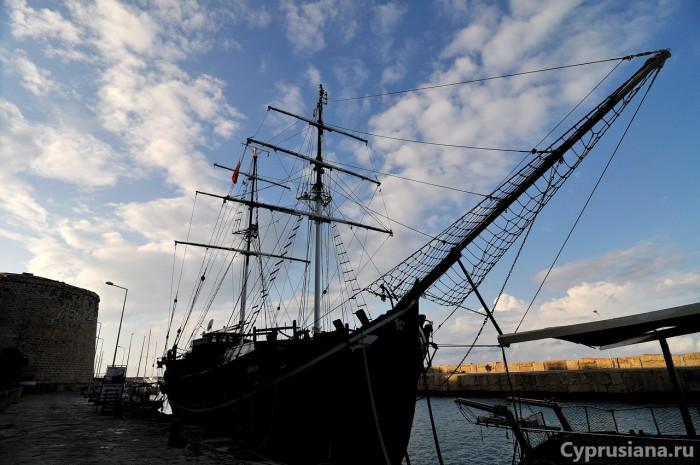 Корабли рядом с крепостью