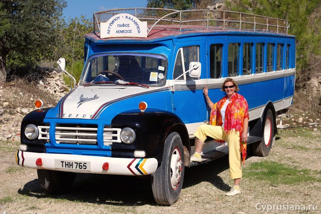Лена и старый кипрский деревенский автобус